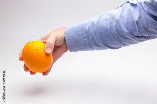 Naranja cogida por la mano de una persona adulta Canvas Print
