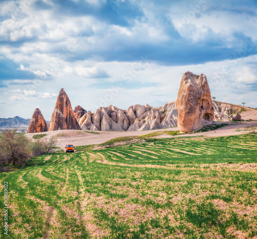 Photo Off road traveling among the vierd forms of limestone peaks in Cappadocia