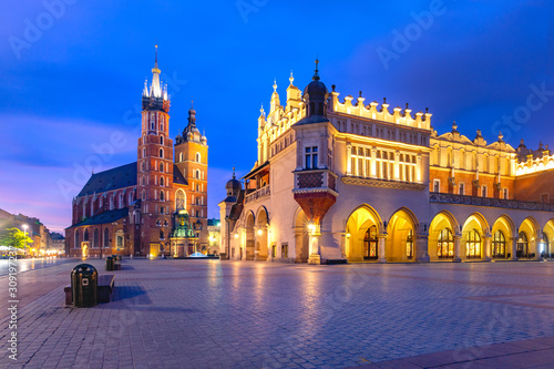 Fototapeta Medieval Main market square with Basilica of Saint Mary and Cloth Hall in Old Town of Krakow at sunrise, Poland obraz