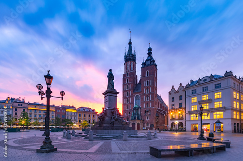 Fototapeta Medieval Main market square with Basilica of Saint Mary at gorgeous sunrise in Old Town of Krakow, Poland obraz