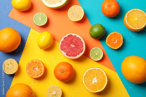 Cuadros en Lienzo  Juicy citrus fruits on multicolored background, top view