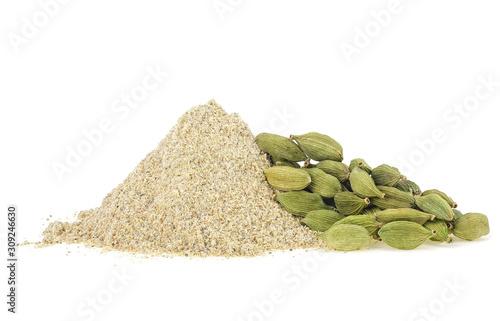 Fototapeta Cardamom powder and pods isolated on a white background obraz