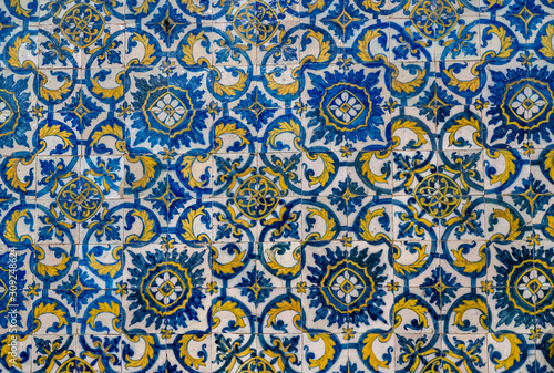 Photo Pattern of blue and yellow old azulejo tiling on wall in traditional Portuguese