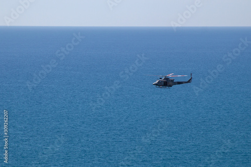 Photo Helicopter aunt over the clear blue sea and beautiful cloudless sky