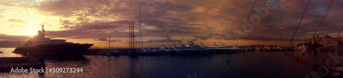 Photo Beautiful sunset with golden colours and clouds in famous round port and marina