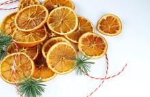 Vista Superiore Delle Fette Arancio Secche Su Sfondo Bianco. Decorazioni Natalizie.