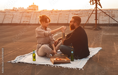 Photographie Couple having romantic picnic on rooftop