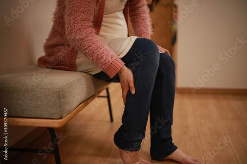 足に痛みを感じる妊婦 Fototapeta