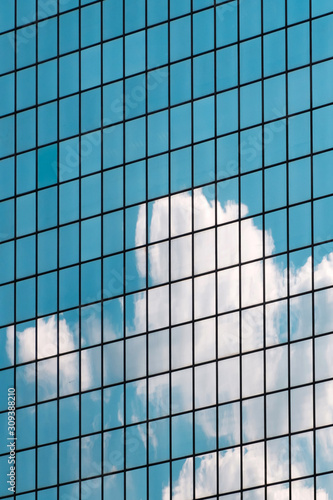 Fotografía blue sky and cloud reflection in modern office building glass facade,