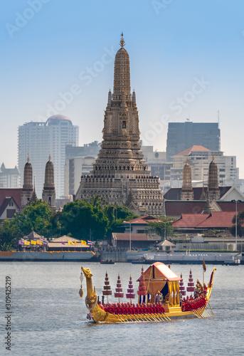 Photo Bangkok, Thailand, 12 december 2019 The Royal Barge Procession in Bangkok