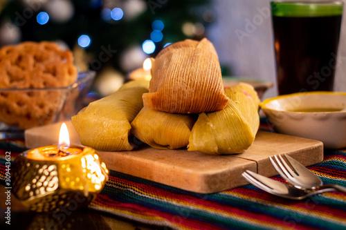 Vászonkép Tamales Comida mejicana tradicional en fiestas de navidad en mesa preparada