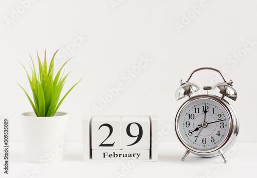 Fotografía  February 29 on a wooden calendar next to the alarm clock