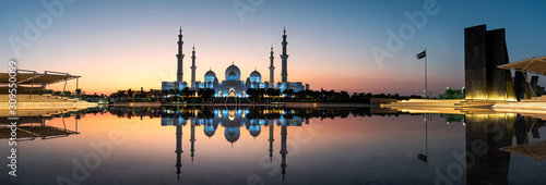Carta da parati Mosque reflected on the water in Abu Dhabi emirate of UAE