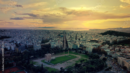 Photo Aerial drone photo of iconic ruins of Temple of Zeus in Athens historic centre a