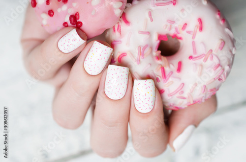 Fotomural white pattern manicure with a pink donut