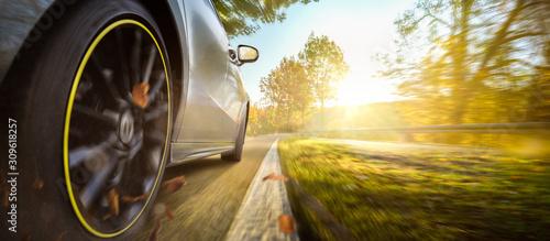 Fényképezés Auto auf einer herbstlichen Landstraße
