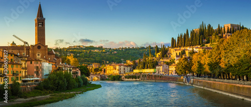 Photo Verona cityscape during late sunset with Adige river and Church Complesso della Cattedrale-Duomo, viewed from the opposite side of river