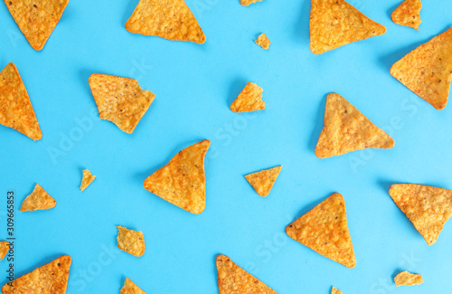 Fotografía pattern mexican nachos chips on blue background