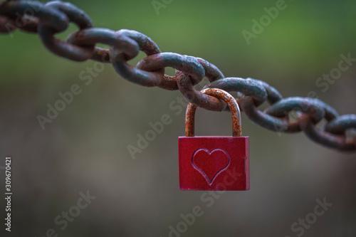 Velho cadeado vermelho com coração na corrente Tapéta, Fotótapéta