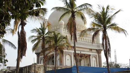 The Qutb Shahi Tombs are located in Hyderabad and they contain the tombs and mosques built by the various kings of the Qutb Shahi dynasty фототапет