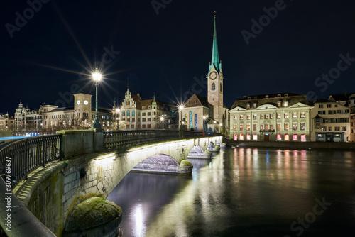 Photo Münsterbrücke und Fraumünster bei Nacht, beleuchtetes Stadthaus und Zunft zur Me