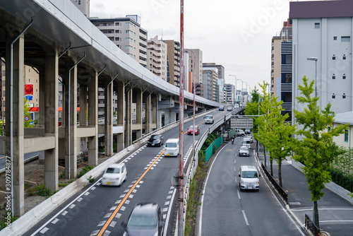 大阪吹田・国道423号新御堂筋とOsaka Metroの高架橋の風景