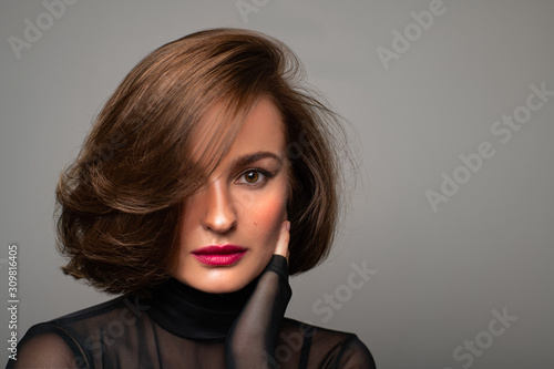 Foto Brunette girl with shiny hair. Beautiful woman with bob haircut