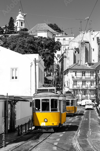 Obraz tramwaj  yellow-tram-on-old-streets-of-lisbon-alfama-portugal-black-and-white-picture-with-a-coloured