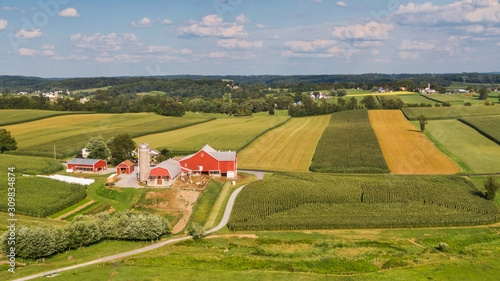 Traditional American farm, Pennsylvania countryside from the air Canvas-taulu