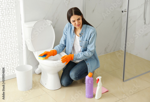 Photo Young woman feeling disgust while cleaning