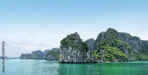 Foto  Beautiful azure water of lagoon in the Halong Bay