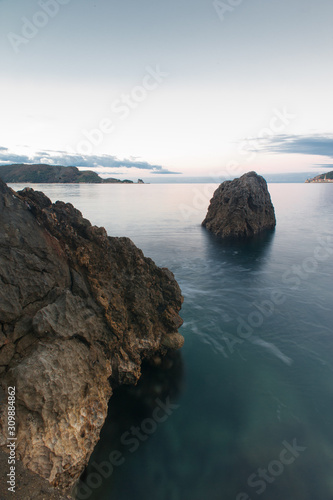 Photo Bewitching view of the sea flowing between rocks