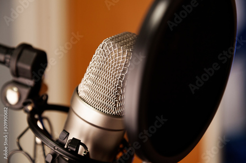 Photo a studio microphone with black filter in close-up