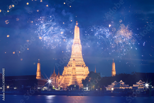 Photo Wat Arun temple in bangkok with fireworks