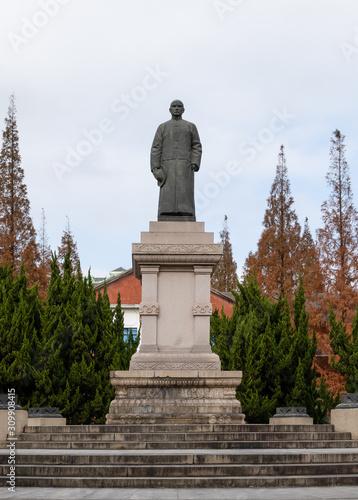 Valokuvatapetti Bronze statue of Sun Yat-sen on campus of Shanghai University of Sport, Wujiaochang, Yangpu, Shanghai, China
