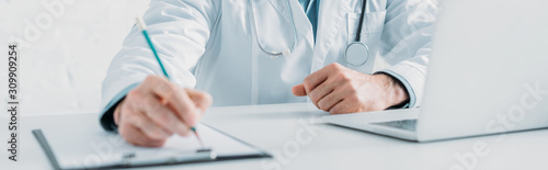 Fotografia cropped view of doctor writing prescription on clipboard, panoramic shot