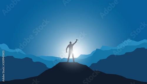 uomo in vetta alla montagna, vincere sfida, raggiungere traguardo Wallpaper Mural
