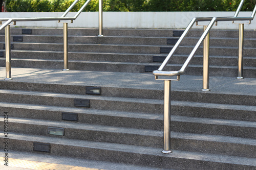 Fotografía Stainless steel railing is installed on the stairs in an open location