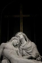 Gesù Morto Nelle Braccia Di M...
