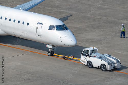 プッシュバックされる旅客機