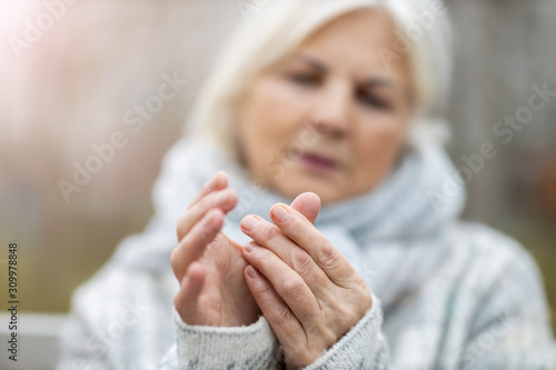Photo Senior woman with arthritis rubbing hands