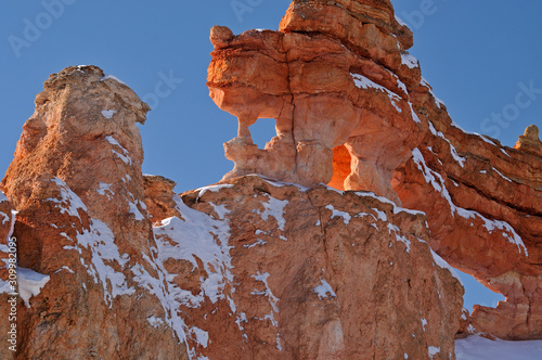 Photo Winter, landscape with windows and arches of the hoodoos at Mossy Cave area of B