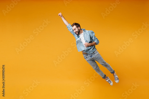 Photo Funny young bearded man in casual blue shirt posing isolated on yellow orange background, studio portrait