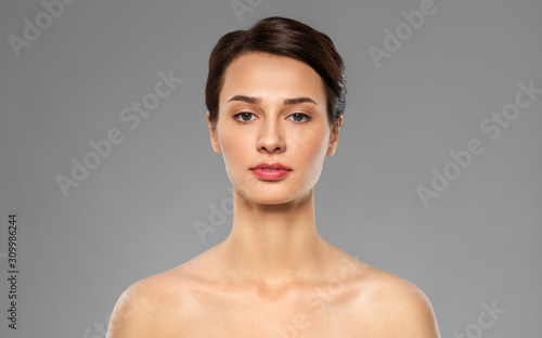 Valokuva beauty, bodycare and people concept - beautiful young woman with bare shoulder o