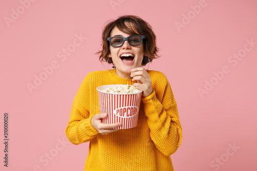 Photo  Laughing young woman girl in 3d imax glasses posing isolated on pink background