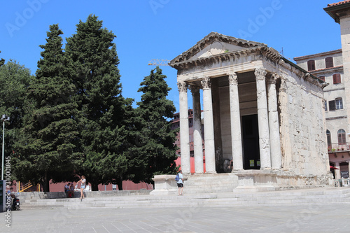Photo the temple of augustus in rome t