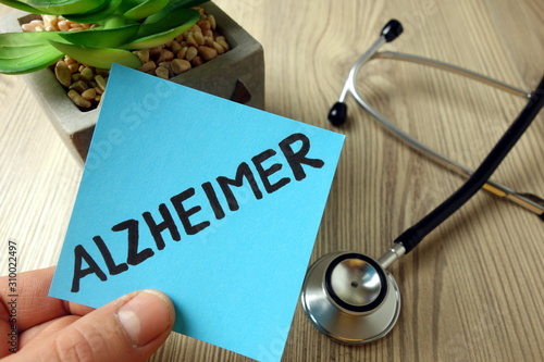 Photo Alzheimer word handwritten on blue sticky note