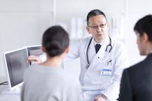 モニターを使って患者に説明をする男性医師