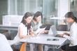 机で仕事をするビジネス女性たち