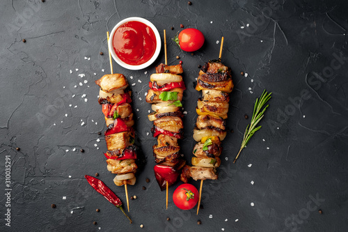 Cuadros en Lienzo Meat skewers with grilled vegetables on a stone background